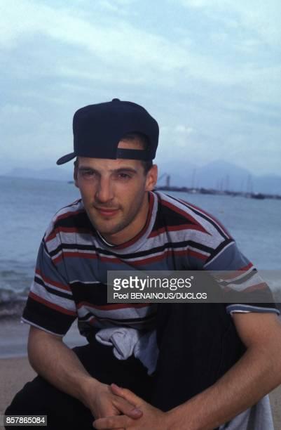 Mathieu Kassovitz sur la plage lors de la presentation du film de Jacques Audiard Regarde les hommes tomber au 47e Festival du Film le 15 mai 1994 a...