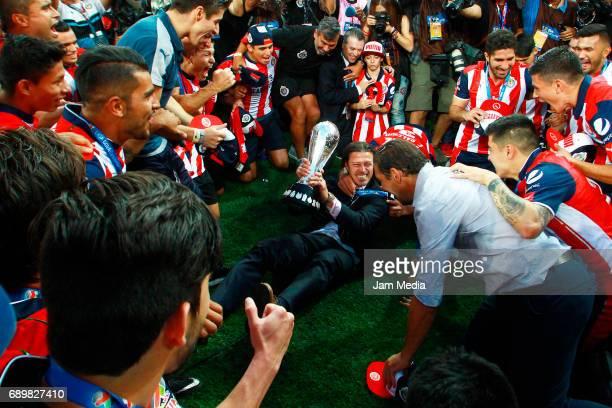 Matias Almeyda coach of Chivas celebrates the championship with his players after winning the Final second leg match between Chivas and Tigres UANL...