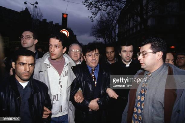 Matoub Lounes et BernardHenri Levy lors de la manifestation en solidarité au pauple algérien à Paris le 3 décembre 1994 France