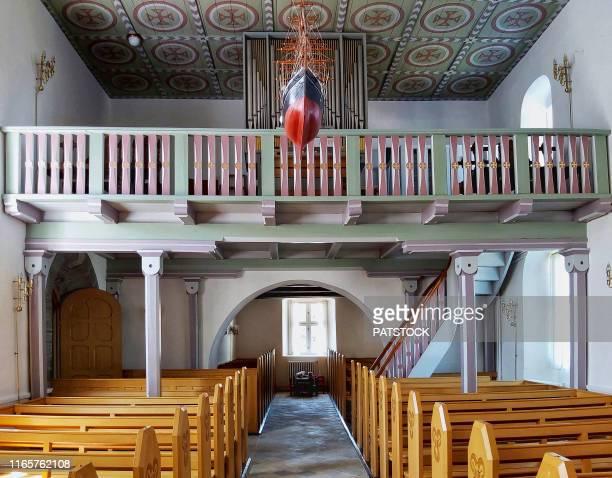 matroneum in st. peter's church (sankt peders kirke) near pedersker village, bornholm island, denmark - protestantisme photos et images de collection