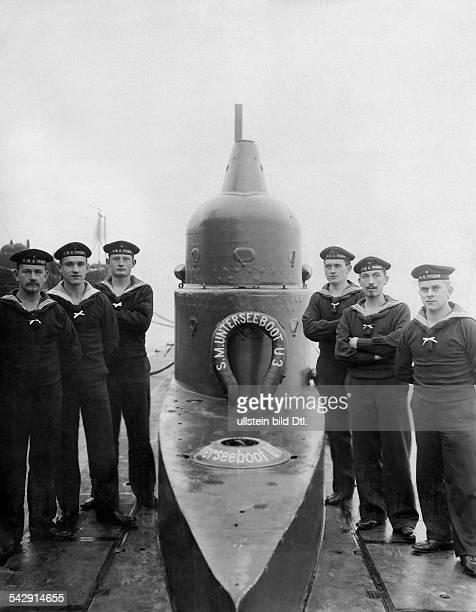 Matrosen stehen neben dem Unterseeboot U 3 1911