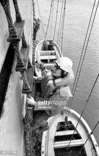 Matrosenlehrlinge üben während ihrer zweijährigen Ausbildung zum Rettungsbootsmann auf dem Lehr und Ausbildungsschiff Georg Büchner in RostockSchmarl...