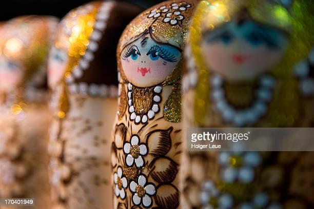 matryoshka (babushka) dolls at gift shop - san petersburgo rusia fotografías e imágenes de stock