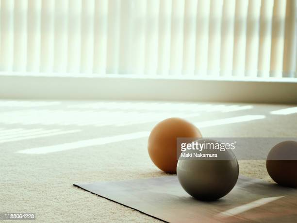 mats and balls used for training in a white studio with sunlight. - minimalist living in japan ストックフォトと画像