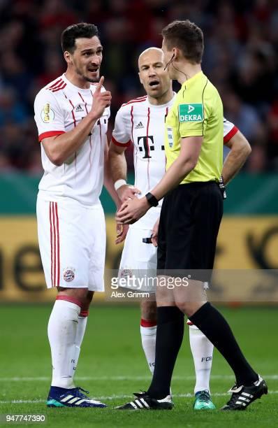 Mats Hummels and Arjen Robben of Bayern argue with referee Daniel Siebert during the DFB Cup semi final match between Bayer 04 Leverkusen and Bayern...