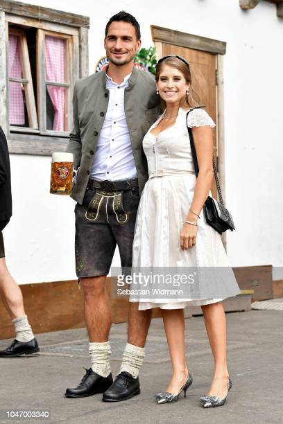 Mats Hummels and his wife Cathy Hummels attend the Oktoberfest beer festival at Kaefer Wiesenschaenke tent at Theresienwiese on October 7, 2018 in...