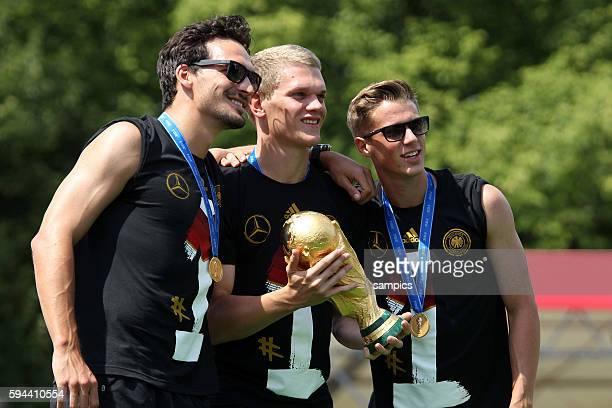 Mats Hummels Deutschland Ginter und Durm mit Weltcup Weltpokal WM Pokal Weltmeisterschaftspokal Rückkehr der Deutschen Fussball Nationalmannschaft...