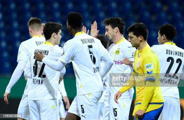 Mats Hummels of Borussia Dortmund celebrates after scoring their sides first goal with Giovanni Reyna, Dan-Axel Zagadou and Jude Bellingham of...
