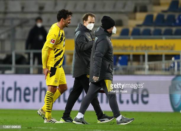 Mats Hummels of Borussia Dortmund leaves the pitch after getting injured during the Bundesliga match between DSC Arminia Bielefeld and Borussia...