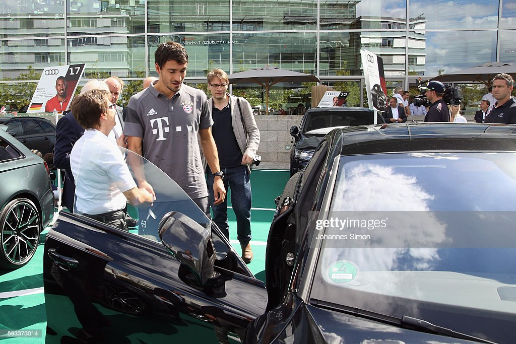 FC Bayern Muenchen New Car Handover : News Photo