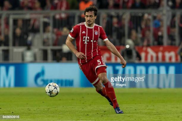 Mats Hummels of Muenchen controls the ball during the UEFA Champions League quarter final second leg match between Bayern Muenchen and Sevilla FC at...