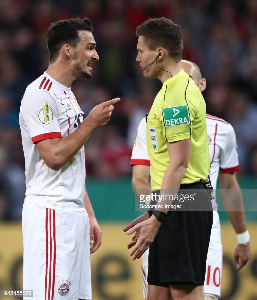 Mats Hummels of Muenchen discusses with referee Daniel Siebert during the DFB Cup semi final match between Bayer 04 Leverkusen and Bayern Muenchen at...