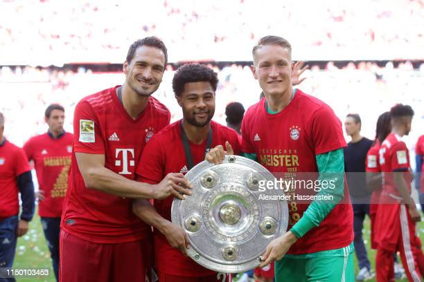 Mats Hummels Serge Gnabry and Christian Fruechtl of Bayern Munich celebrate with the trophy following the Bundesliga match between FC Bayern Muenchen...