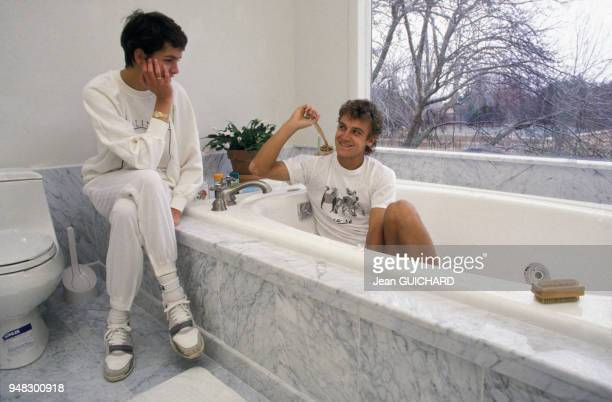 Mats Wilander avec sa femme Sonya dans leur maison du Connecticut le 3 avril 1988 aux EtatsUnis
