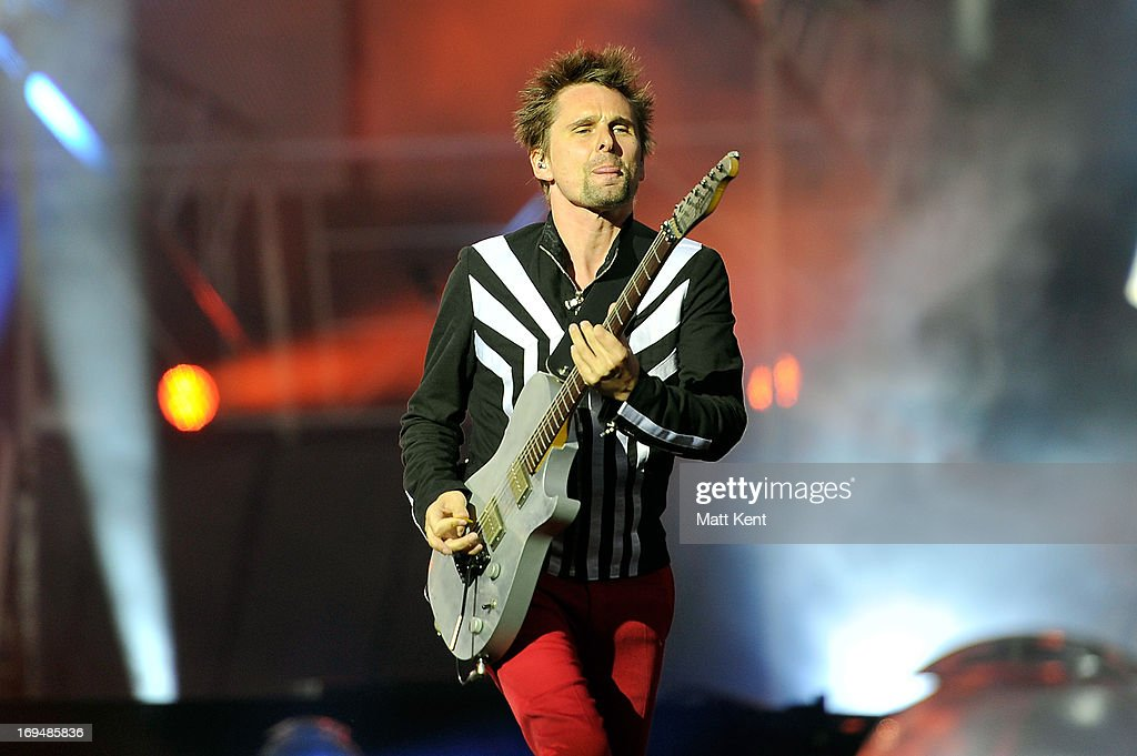 Photos et images de muse perform at the emirates stadium getty images matt bellamy of muse performs at emirates stadium on may 25 2013 in london voltagebd Image collections