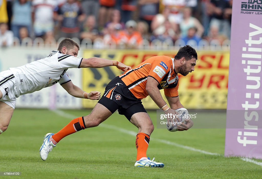 Matt Cook (R) of Castleford Tigers scores the fourth try for his side during the First Utility Super League match between Castleford Tigers and Widnes Vikings at The Jungle on July 5, 2015 in Castleford, England.