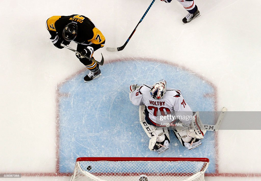 Matt Cullen #7 of the Pittsburgh Penguins scores past Braden Holtby #70 of the Washington Capitals in Game Four of the Eastern Conference Second Round during the 2016 NHL Stanley Cup Playoffs at Consol Energy Center on May 4, 2016 in Pittsburgh, Pennsylvania.