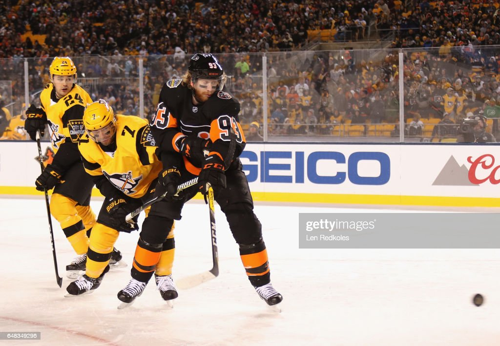 Matt Cullen #7 of the Pittsburgh Penguins ties up Jakub Voracek #93 of the Philadelphia Flyers as Voracek tries to deflect the puck in the first period of the 2017 Coors Light NHL Stadium Series at Heinz Field on February 25, 2017 in Pittsburgh, Pennsylvania.