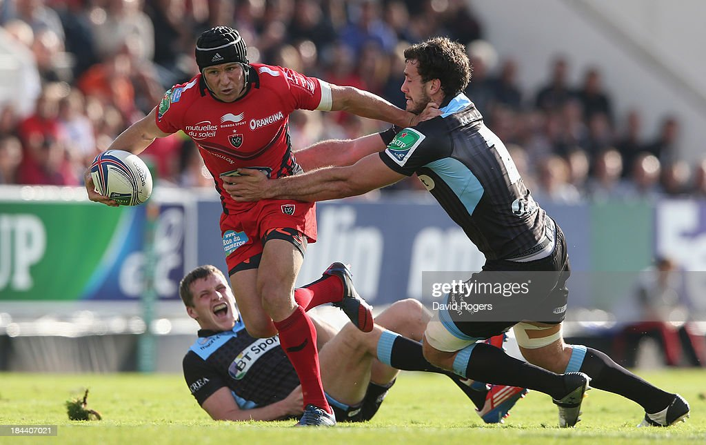 Matt Giteau of Toulon races between Mark Bennett (L) and Alex Dunbar during the Heineken Cup Pool 2 match between Toulon and Glasgow Warriors at the Felix Mayol Stadium on October 13, 2013 in Toulon, France.