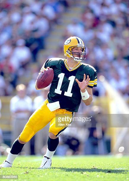 Matt Hasselbeck QB dropping back to pass during the Green Bay Packers 2000 Season