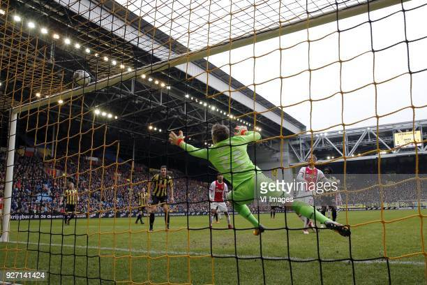 Matt Miazga of Vitesse David Neres of Ajax goalkeeper Remko Pasveer of Vitesse Siem de Jong of Ajax Fankaty Dabo of Vitesse 32 during the Dutch...