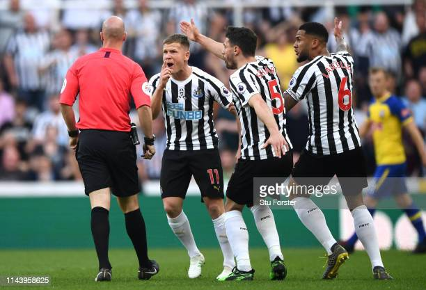 Matt Ritchie Fabian Schaer and Jamaal Lascelles of Newcastle United argue with referee Anthony Taylor during the Premier League match between...