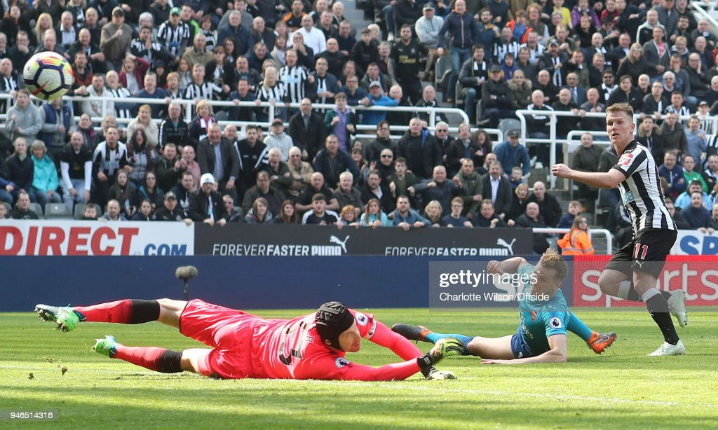 Matt Ritchie of Newcastle scores their 2nd goal during the Premier League match between Newcastle United and Arsenal at St. James Park on April 15, 2018 in Newcastle upon Tyne, England.