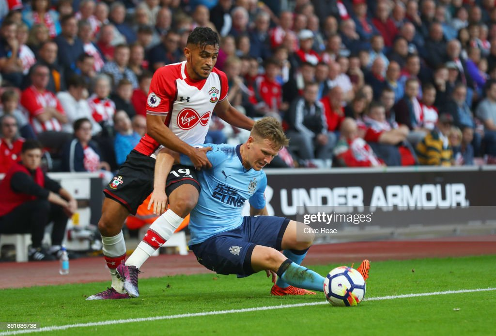 Matt Ritchie of Newcastle United and Sofiane Boufal of Southampton battle for the ball during the Premier League match between Southampton and Newcastle United at St Mary's Stadium on October 15, 2017 in Southampton, England.