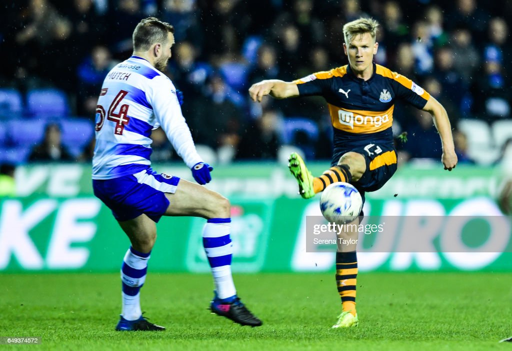 Matt Ritchie of Newcastle United (11) passes the ball during the Sky Bet Championship Match between Reading and Newcastle United at the Madjeski Stadium on March 7, 2017 in Reading, England.