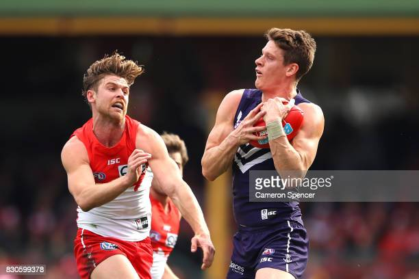 Matt Taberner of the Dockers marks during the round 21 AFL match between the Sydney Swans and the Fremantle Dockers at Sydney Cricket Ground on...