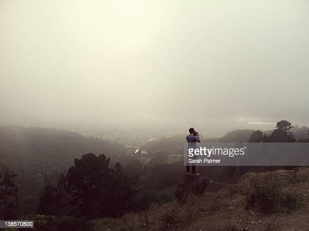 matt taking photograph at grizzly peak - カリフォルニア州 バークレー ストックフォトと画像