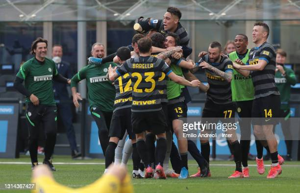 Matteo Darmian of FC Internazionale celebrates with his teammates after scoring the opening goal during the Serie A match between FC Internazionale...