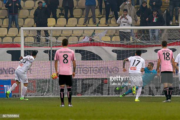Matteo Mancosu of Carpi scores a penalty during the Serie A match between Carpi FC and US Citta di Palermo at Alberto Braglia Stadium on January 30,...