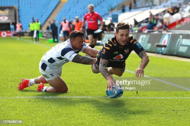 Matteo Minozzi of Wasps scores a try whilst under pressure from Alapati Leiua of Bristol Bears during the Gallagher Premiership Rugby first...