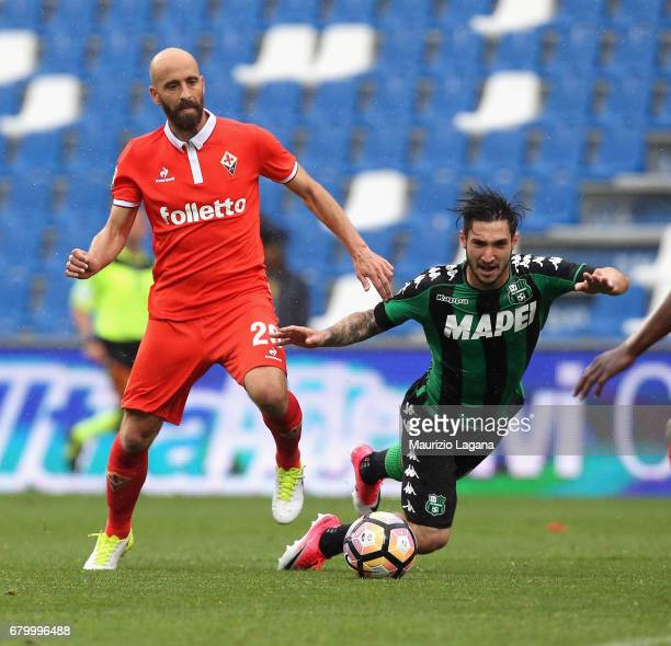 Matteo Politano of Sassuolo competes for the ball with Borja Valero of Fiorentina during the Serie A match between US Sassuolo and ACF Fiorentina at...