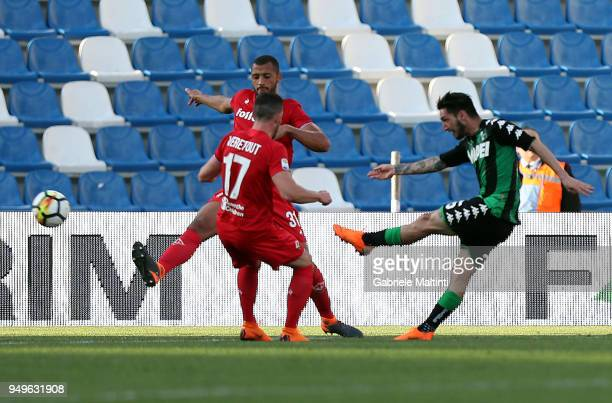 Matteo Politano of US Sassuolo scores the opening goal during the serie A match between US Sassuolo and ACF Fiorentina at Mapei Stadium Citta' del...