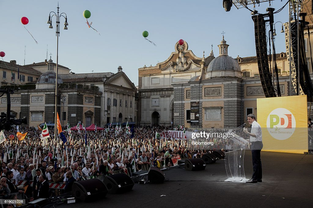 Italy's Prime Minister Matteo Renzi Holds A Referendum Rally : News Photo