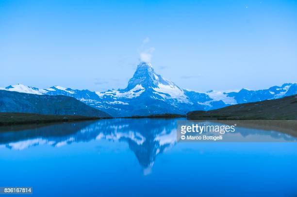 matterhorn and stellisee. zermatt, switzerland. - pinnacle peak stock-fotos und bilder