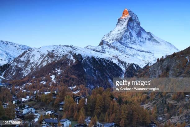 matterhorn (zermatt, switzerland) - golden sunlight touching the tip of matterhorn. - pinnacle peak stock-fotos und bilder