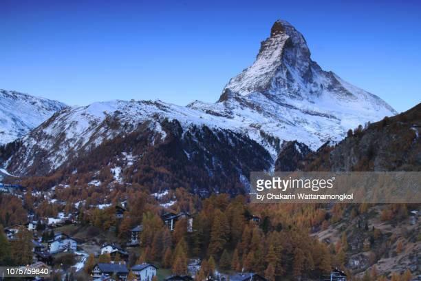 matterhorn (zermatt, switzerland) - matterhorn at dawn with clear twilight sky. - pinnacle peak stock-fotos und bilder