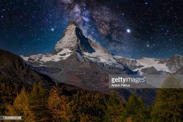 matterhorn peak with milky way at night in zermatt, switzerland. - weltraum und astronomie stock-fotos und bilder