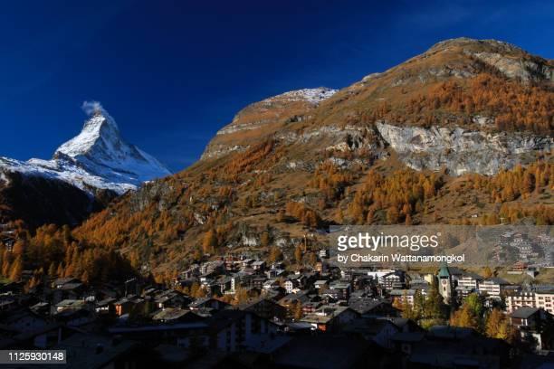 matterhorn (zermatt, switzerland) - the forest in autumn color surrounding the village of zermatt. - pinnacle peak stock-fotos und bilder