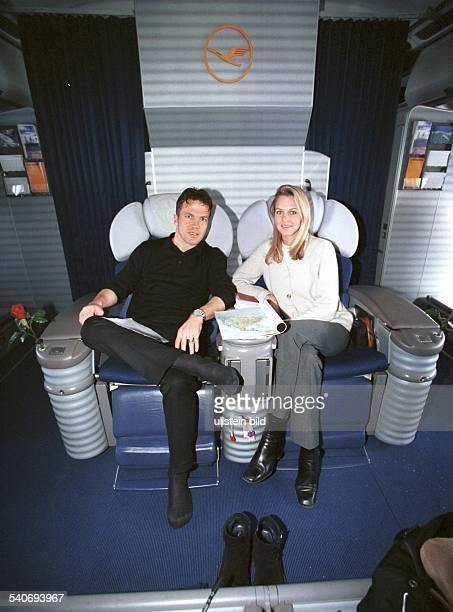 Matthaeus, Lothar *-Fussballspieler, DSpieler der Nationalelf von 1980-2000Weltmeister 1990- mit Freundin Maren Mueller-Wohlfahrt in einem Flugzeug...