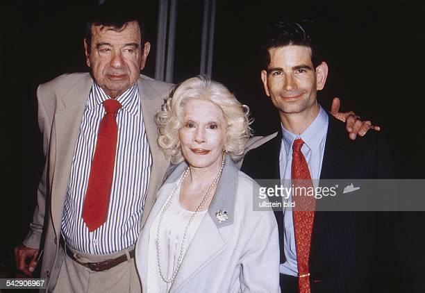 Matthau Walter *Schauspieler USA mit seiner zweiten Frau Carol und ihrem gemeinsamen Sohn Charles 1998