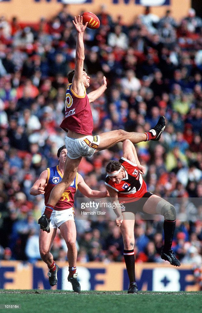 Matthew Clarke of Brisbane contests the ruck against Peter Everitt of St Kilda, in the AFL 4th Qualifying Final match between St Kilda and the Brisbane Lions, played at Waverley Park, Melbourne, Australia. Mandatory Credit: Hamish Blair/ALLSPORT