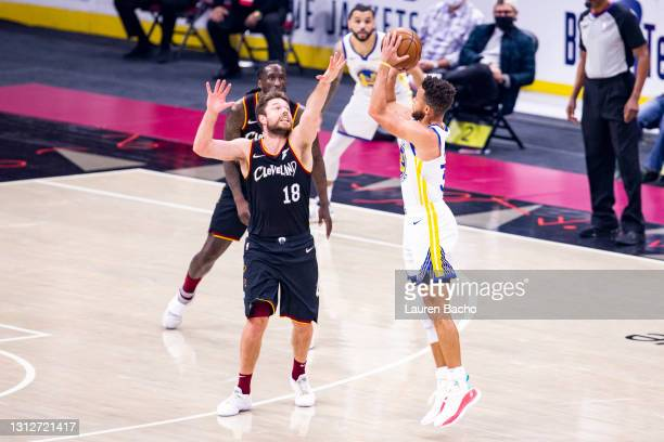 Matthew Dellavedova of the Cleveland Cavaliers defends against Stephen Curry of the Golden State Warriors during the first quarter at Rocket Mortgage...