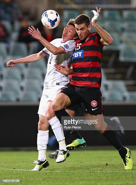 Matthew Spiranovic of the Wanderers competes for the ball against Naoki Ishihara of Sanfrecce Hiroshima during the AFC Asian Champions League match...