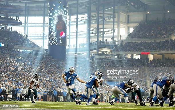 Matthew Stafford of the Detroit Lions hands off the ball to Ameer Abdullah in the third quarter during the game against the Philadelphia Eagles at...