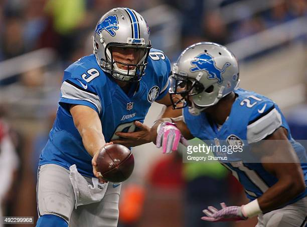 Matthew Stafford of the Detroit Lions hands the ball off to Ameer Abdullah in the first quarter while playing the Arizona Cardinals at Ford Field on...