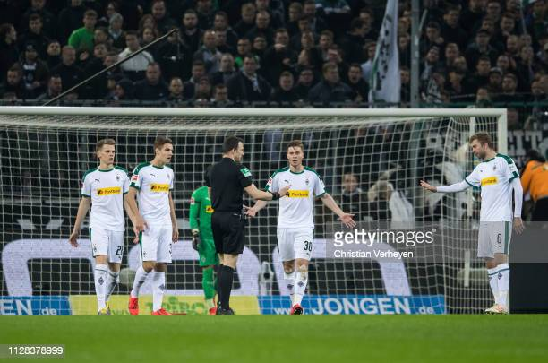 Matthias Ginter Florian Neuhaus Nico Elvedi and Christoph Kramer of Borussia Moenchengladbach discuss with the referee during the Bundesliga match...